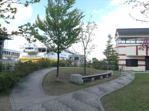 青函連絡船メモリアルシップ八甲田丸と近くの休憩所