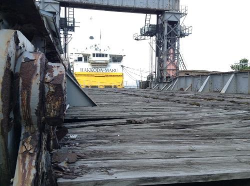 朽ち果てつつある青森桟橋(拡大写真)と青函連絡船メモリアルシップ八甲田丸