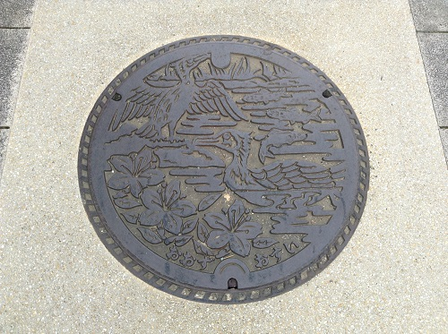 「おはなはん通り」(愛媛県大洲市 旧裏町三丁目)の通りで使用されているマンホール(おおず おすい)