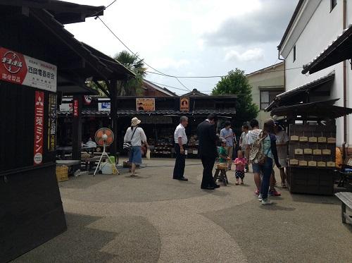 ポコペン横丁(愛媛県大洲市大洲本町3丁目)のゴム鉄砲でイベントで楽しむ人々