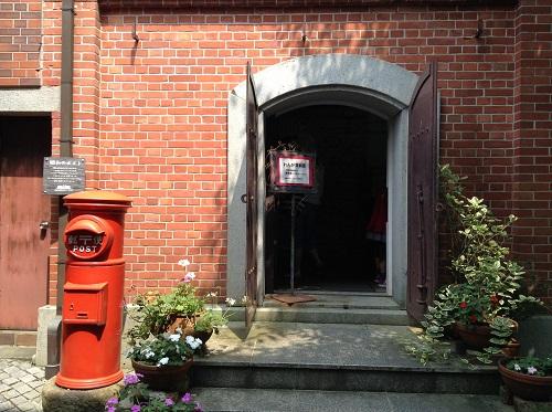 おおず赤煉瓦館(愛媛県大洲市大洲60番地)の煉瓦資料室入口と昭和30年台の円筒形の郵便ポスト