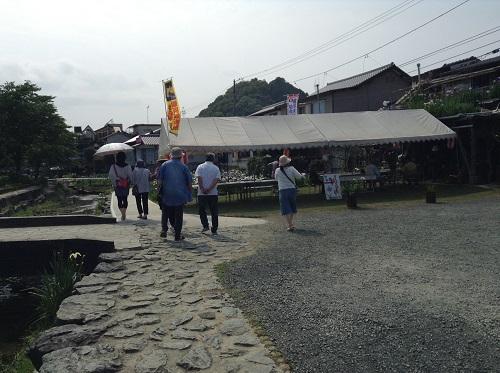 新谷花菖蒲園(愛媛県大洲市新谷町甲5)のテント付近