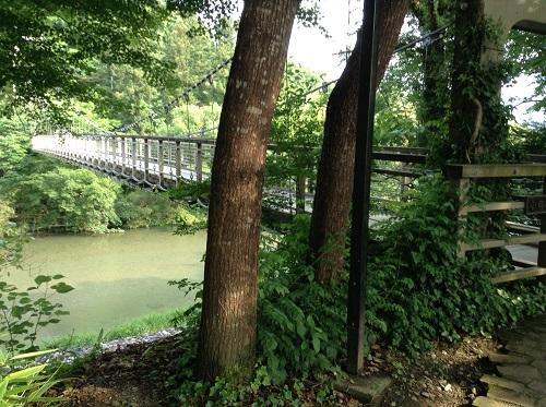 内子フレッシュパークからり(愛媛県内子町の道の駅)目の前の小田川に架かる「からり橋」