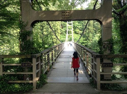内子フレッシュパークからり(愛媛県内子町の道の駅)目の前の小田川に架かる「からり橋」の入口付近