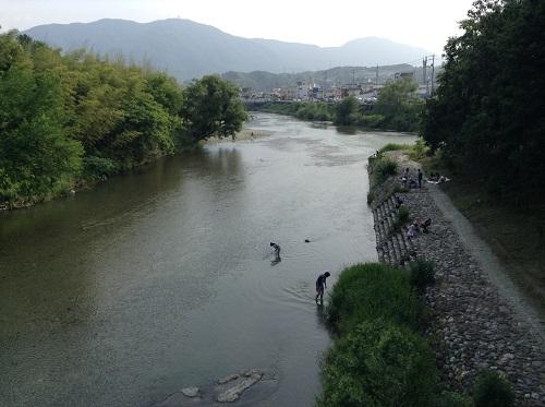 内子フレッシュパークからり(愛媛県内子町の道の駅)目の前の小田川の上に架かる「からり」橋から眺めた小田川