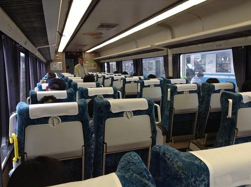 JR松山駅ホームに停車中のJR特急宇和海23号(アンパンマン列車)の自由席車内