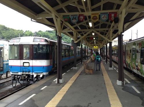 JR八幡浜駅に停車中のローカル列車(写真左)とJR特急宇和海23号(アンパンマン列車)(写真右)