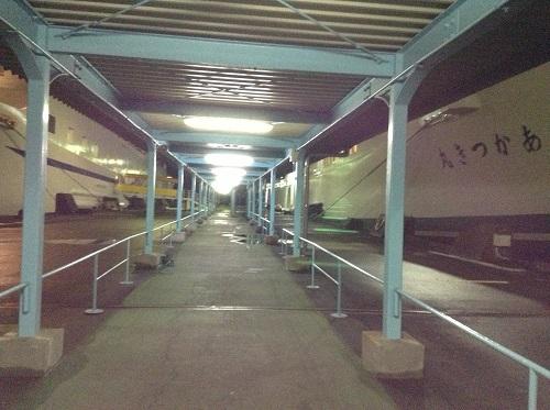 八幡浜港に停泊中の「あかつき丸」に徒歩で乗船するための通路