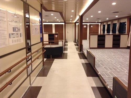 宇和島運輸フェリー「あかつき丸」の船内(2階・2等室に至る通路)