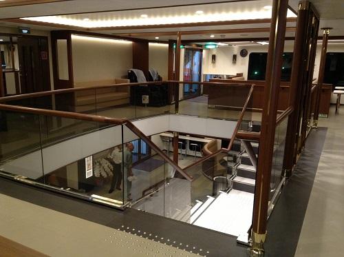 宇和島運輸フェリー「あかつき丸」の船内(3階・階段付近)