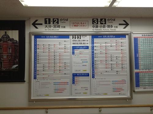 改札口からホームまでの階段途中にある時刻表