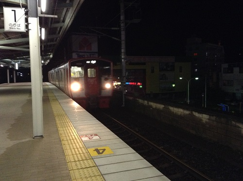 JR別府駅(大分県別府市駅前町)の1番ホームに入ってきた23時52分発の列車