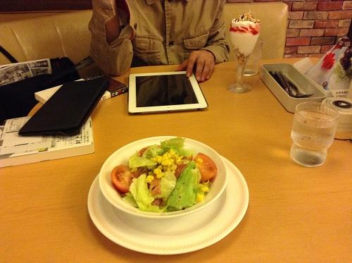 大分県大分市内のファミリーレストラン「ジョイフル」のサラダとデザート、そして、安倍先輩持参のポメラとiPad