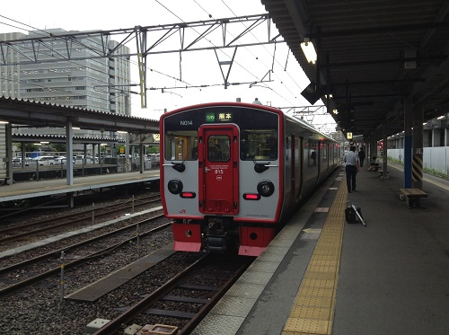 JR熊本駅4番ホームに停車中の普通列車