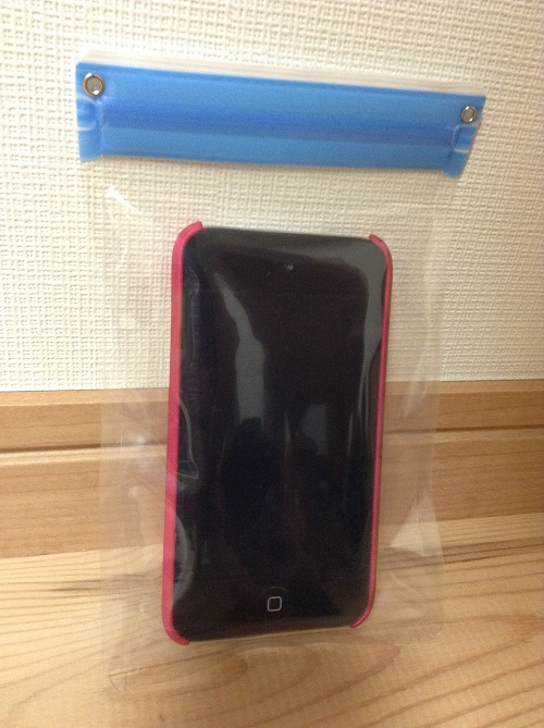 100円ショップ・シルクで購入したiPod touch、iPhoneの防水ケース「C-1558防水クリアケース スマートフォンタイプ カラー」にiPod touch 4を収納した様子