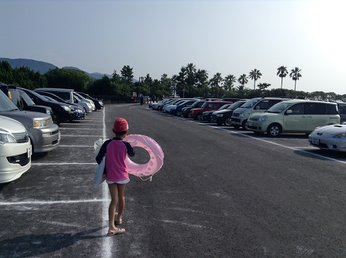 五色姫海浜公園(愛媛県伊予市尾崎)の駐車場を歩く小学3年生の娘