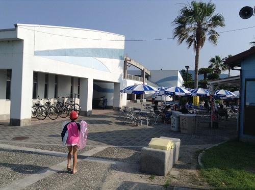 五色姫海浜公園(愛媛県伊予市尾崎)の売店付近を歩く小学3年生の娘