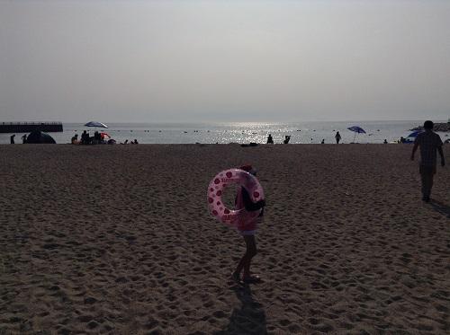 五色姫海浜公園(愛媛県伊予市尾崎)の砂浜を歩く小学3年生の娘