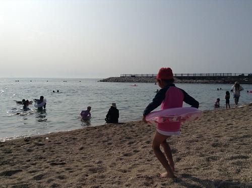 五色姫海浜公園(愛媛県伊予市尾崎)の海に入ろうとする小学3年生の娘