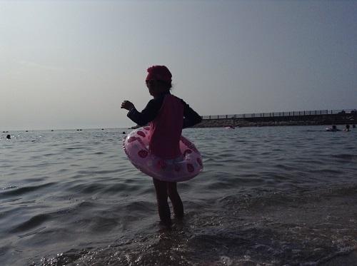 五色姫海浜公園(愛媛県伊予市尾崎)の海に入った小学3年生の娘