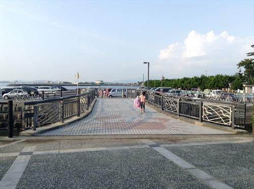 五色姫海浜公園(愛媛県伊予市尾崎)の五色姫橋を歩く小学3年生の娘