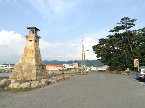 五色姫海浜公園(愛媛県伊予市尾崎)の駐車場入り口にある「伊予市指定文化財 有形文化財(建造物)萬安港旧灯台」