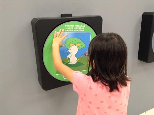 エミフルMASAKIの「Dr.伊藤文人のトリックイリュージョン?研究所!」イベント会場内で回転する絵を回転した娘