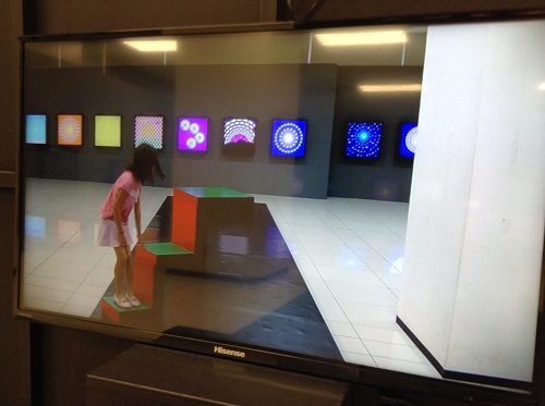 エミフルMASAKIの「Dr.伊藤文人のトリックイリュージョン?研究所!」イベント会場内で階段イリュージョンを体験する娘