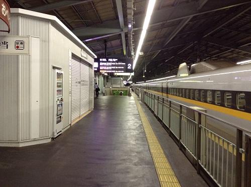 新神戸駅ホームの様子。右手には新幹線「こだま762号」(Rail Star)