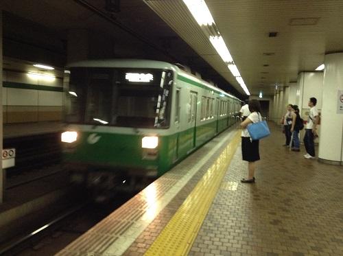 神戸市営地下鉄「新神戸駅」2番ホームに到着しつつある電車