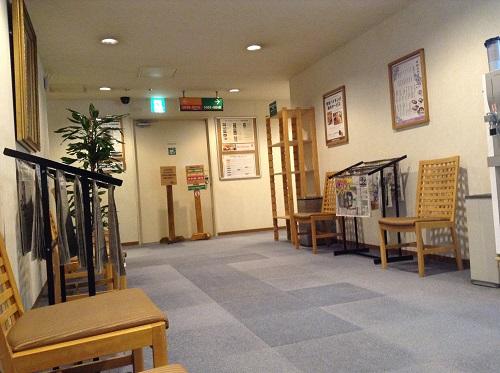 「神戸サウナ&スパ」(KOBE SAUNA&SPA)カプセルホテル前の通路兼休憩所