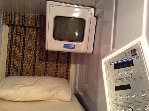 「神戸サウナ&スパ」(KOBE SAUNA&SPA)カプセルホテル・カプセルルーム上段(内部の様子)