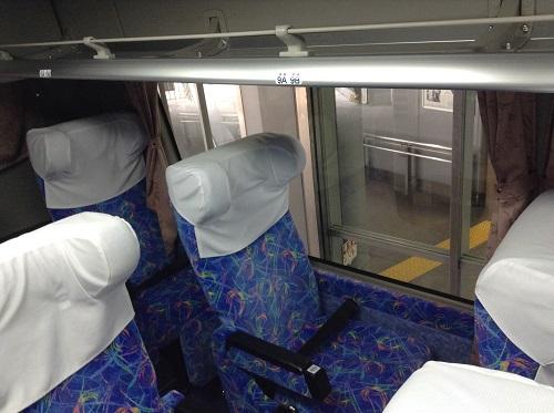 三宮バスターミナル内に到着した高速バス「松山EXP大阪7号」の車内の様子(前方より)