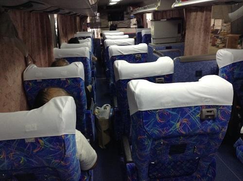 三宮バスターミナル内に到着した高速バス「松山EXP大阪7号」の車内の様子(後方より)
