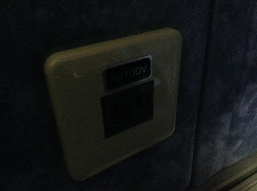 三宮バスターミナル内に到着した高速バス「松山EXP大阪7号」の窓側の席の足元にあるAC 100Vのコンセント