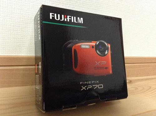 富士フィルムのデジタルカメラ「ファインピックス XP70(オレンジ)」のパッケージ