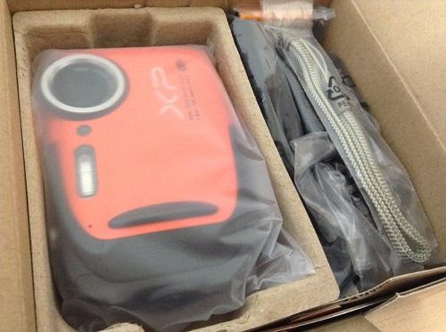 富士フィルムのデジタルカメラ「ファインピックス XP70(オレンジ)」のパッケージ開封後
