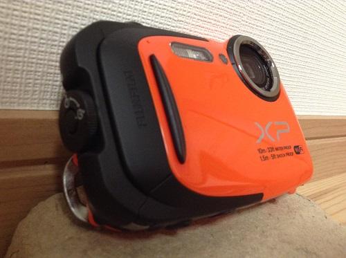 富士フィルムのデジタルカメラ「ファインピックス XP70(オレンジ)」本体(電池・SDカードメモリ収納部)