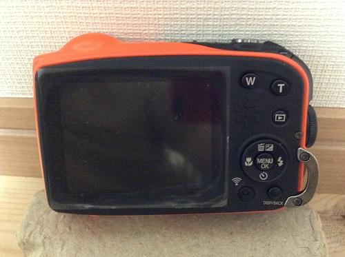 富士フィルムのデジタルカメラ「ファインピックス XP70(オレンジ)」本体(背面・液晶画面、ズームボタン等)