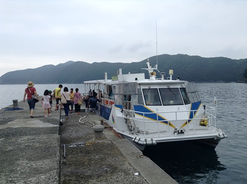 海中展望船「愛媛観光船ユメカイナ(愛南町西海観光船)」に乗り込む人々