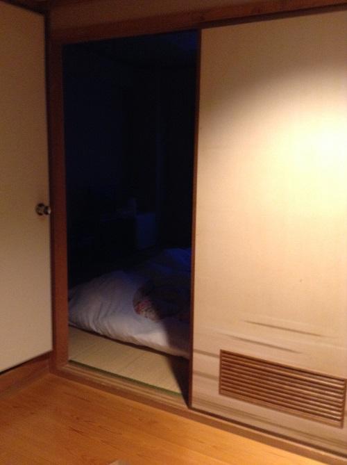 ホテルセレクト愛媛愛南町(住所:愛媛県南宇和郡愛南町広見3367-1)の客室入口から見た和室の室内