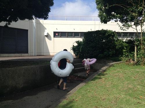 南レクジャンボプール(愛媛県南宇和郡愛南町御荘平城728)の駐車場からプール入口に向かう妻と娘