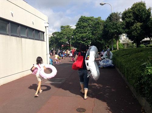 南レクジャンボプール(愛媛県南宇和郡愛南町御荘平城728)のプール入口に向かう妻と娘