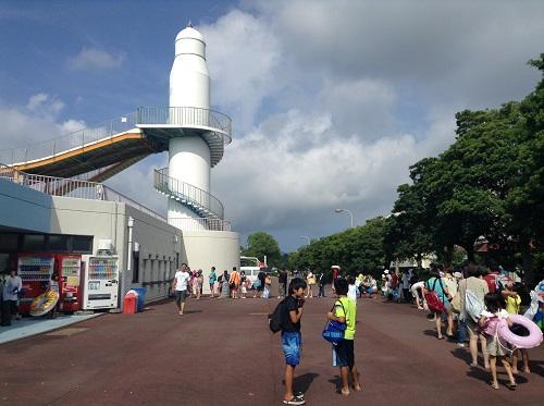 南レクジャンボプール(愛媛県南宇和郡愛南町御荘平城728)の入場券を買うために順番待ちをしている人達の行列