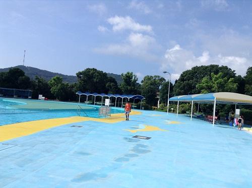 南レクジャンボプール(愛媛県南宇和郡愛南町御荘平城728)の流れるプールの隣のプールサイドと休憩スペース