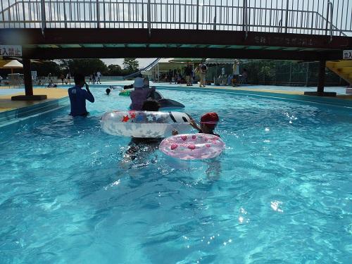 南レクジャンボプール(愛媛県南宇和郡愛南町御荘平城728)の流れるプールを泳ぐ娘