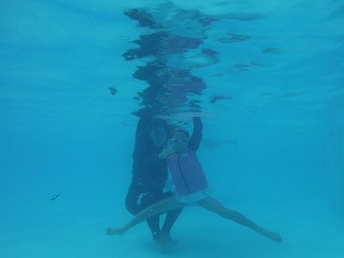 南レクジャンボプール(愛媛県南宇和郡愛南町御荘平城728)の造波プール(人工の波がくるプール)の水中で撮影ポーズをきめる妻と娘