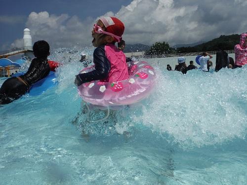 南レクジャンボプール(愛媛県南宇和郡愛南町御荘平城728)の造波プール(人工の波がくるプール)の波で遊ぶ娘