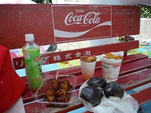 南レクジャンボプール(愛媛県南宇和郡愛南町御荘平城728)の休憩スペースのベンチに並べた今日の昼ご飯