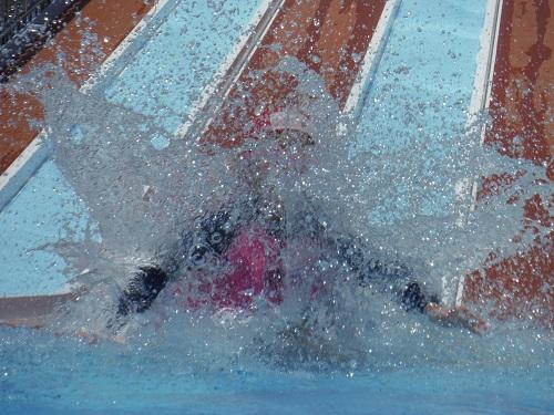 南レクジャンボプール(愛媛県南宇和郡愛南町御荘平城728)の滑り台(小スライダー)でプールに着水する娘
